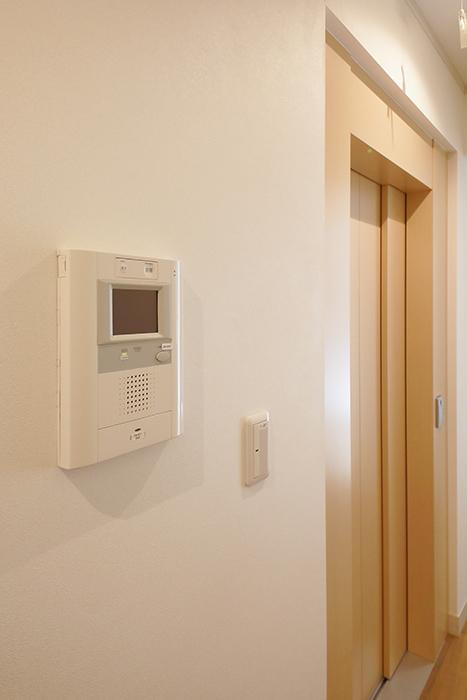 【高峯Classics S棟】002号室_1階_ホームエレベータ横にTVモニタ付きインターフォン_MG_1175