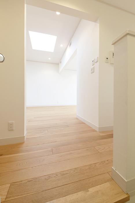 【高峯Classics S棟】002号室_2階_階段を上がるとまばゆい光が飛び込みます_MG_1353