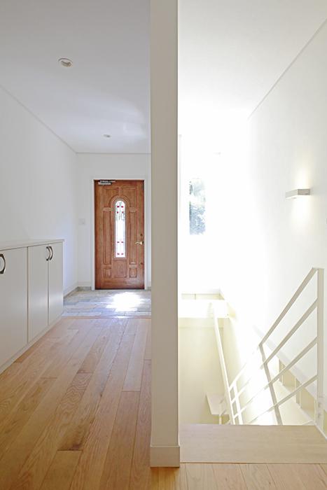 【高峯Classics S棟】002号室_1階_玄関と地下1階への階段_MG_1337