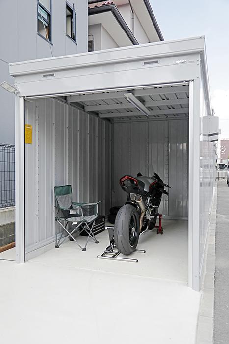 【ガレリア勝川】C号室_バイク入庫イメージ(フロントから)_外からの全景_MG_8213