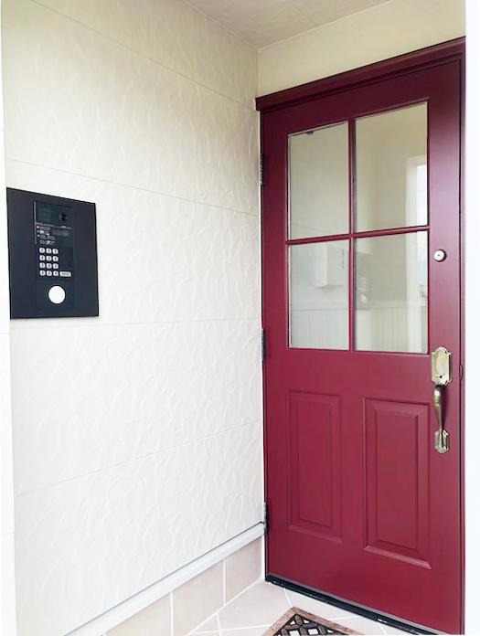 建物入り口の玄関ドアがオートロックになっています。左側の壁面のパネルからお部屋を呼び出して頂きます。_IMG_1835