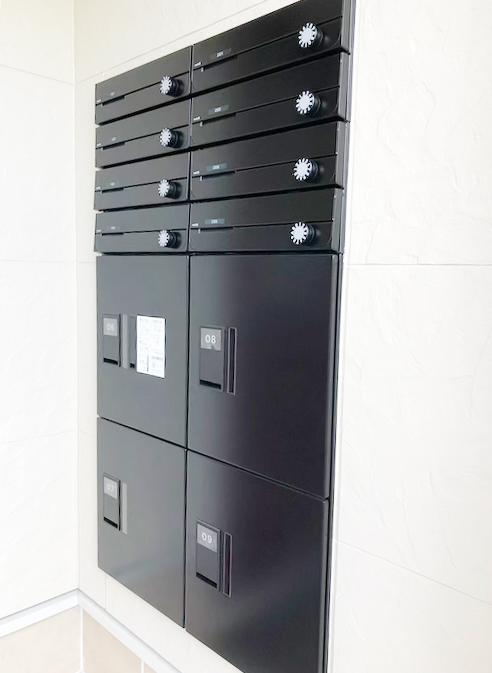 郵便ポストはダイヤル暗証式なので安心です。宅配ボックスも大きめのサイズのものが4つあります。_IMG_1838