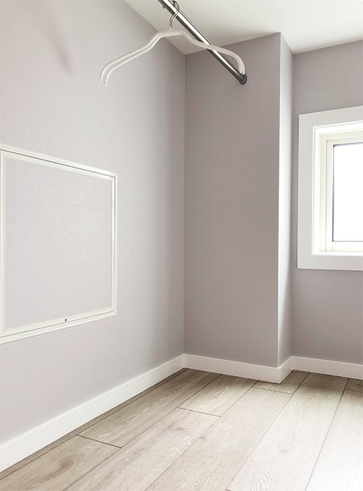 このように左右にハンガーパイプがあります。また、このスペースのラベンダーカラーの壁紙が貼られていて上品なスペースになっていますよ♪_IMG_1858
