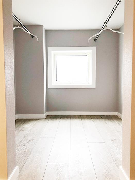 次に特徴的なのは、ロフトの奥が収納スペースになっていることです。こちらが収納スペースの入り口です。_IMG_1860