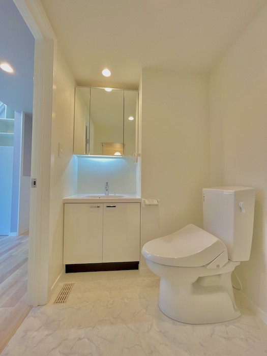 洗面化粧台は3面鏡、トイレはシャワー付きというのがうれしいです♪_IMG_3572