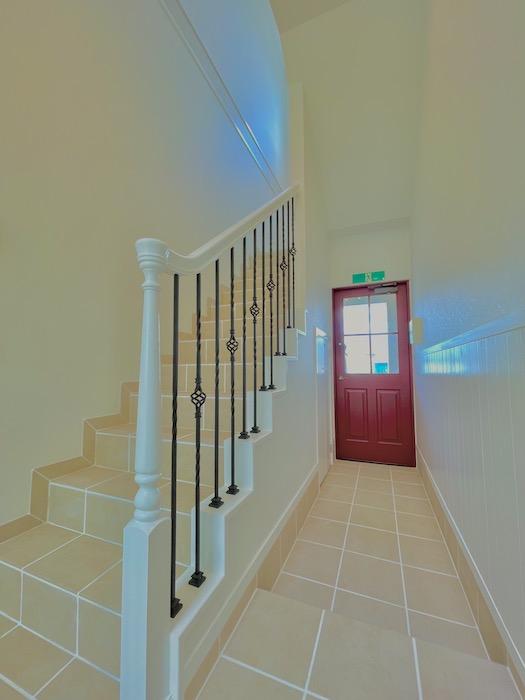 赤い玄関ドアが建物入り口です。_IMG_3609