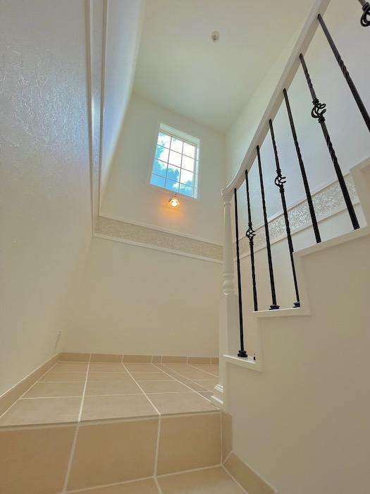 天井が高くて開放感を感じられる空間です。高い位置にある窓から空を望めて更に開放感を感じられます♪_IMG_3615