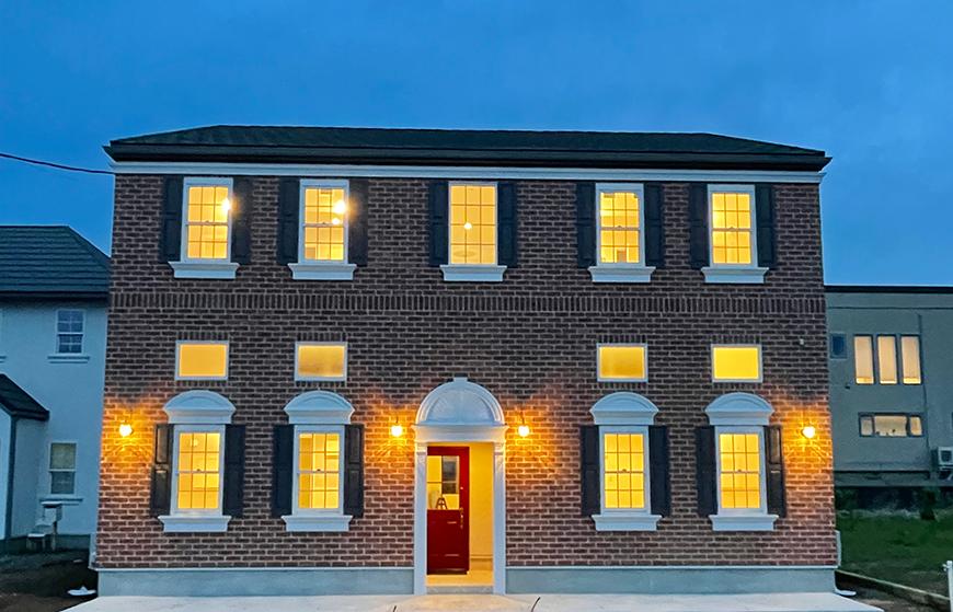 外壁に赤レンガを貼ったヨーロピアンスタイルのアパートメントです。_IMG_3690-2