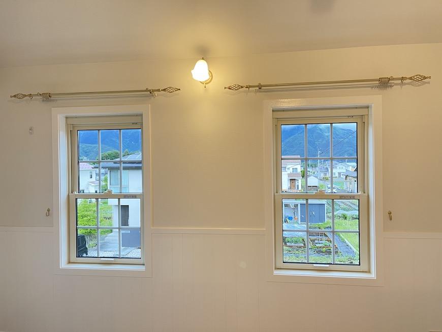 窓からのぞく緑と山並みの風景が、日常を離れた気分にさせてくれます♪_IMG_3721