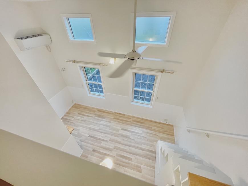 壁面一面が真っ白なお部屋です。【プリマ河口湖フローレンス】は、全8室の建物です。ラベンダーカラー、白いお部屋はそれぞれ4室ずつになります。_IMG_3727