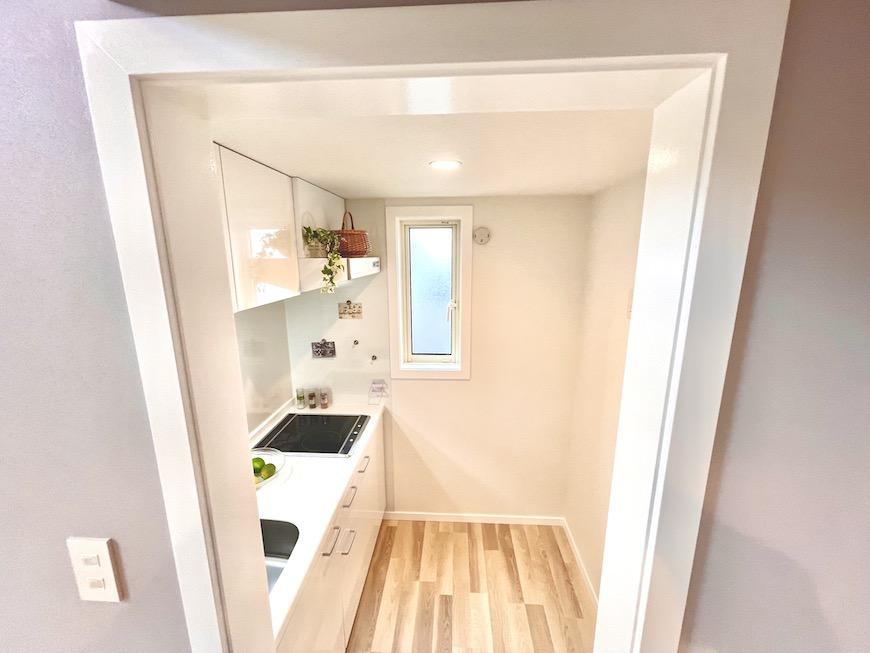 キッチンスペースは、冷蔵庫を置いても十分な広さです。【プリマ河口湖フローレンス】は全室が角部屋のつくりなので、キッチンスペースには小窓がついています。光も入るし、換気もできるのがうれしいです♪_IMG_4219