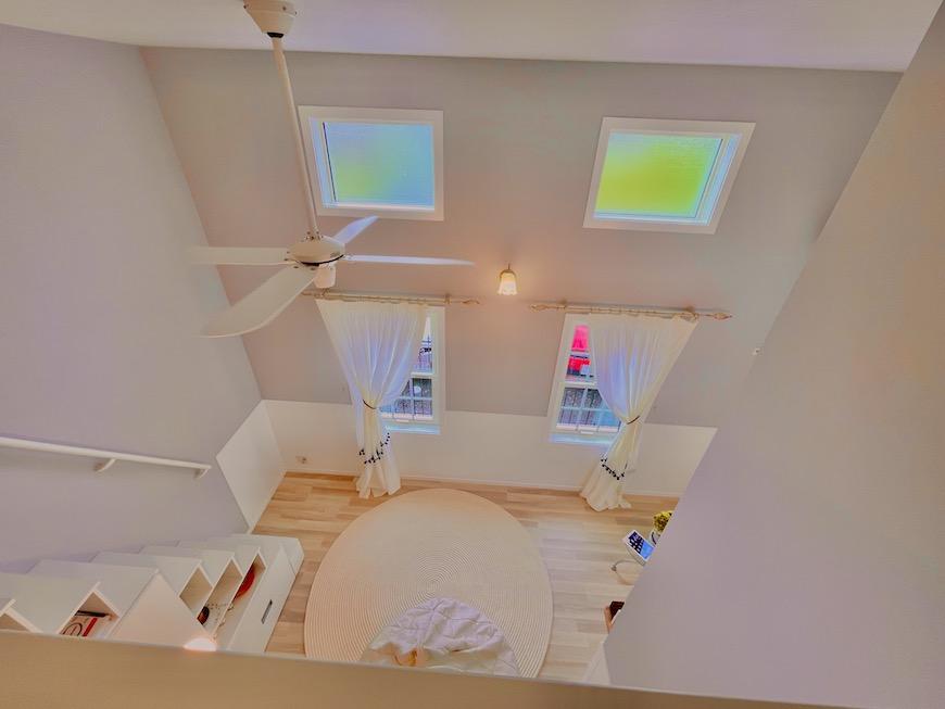 ロフトから見たリビングスペースです。天井が高くて吹き抜けになっているのがわかりますよね。_IMG_4237