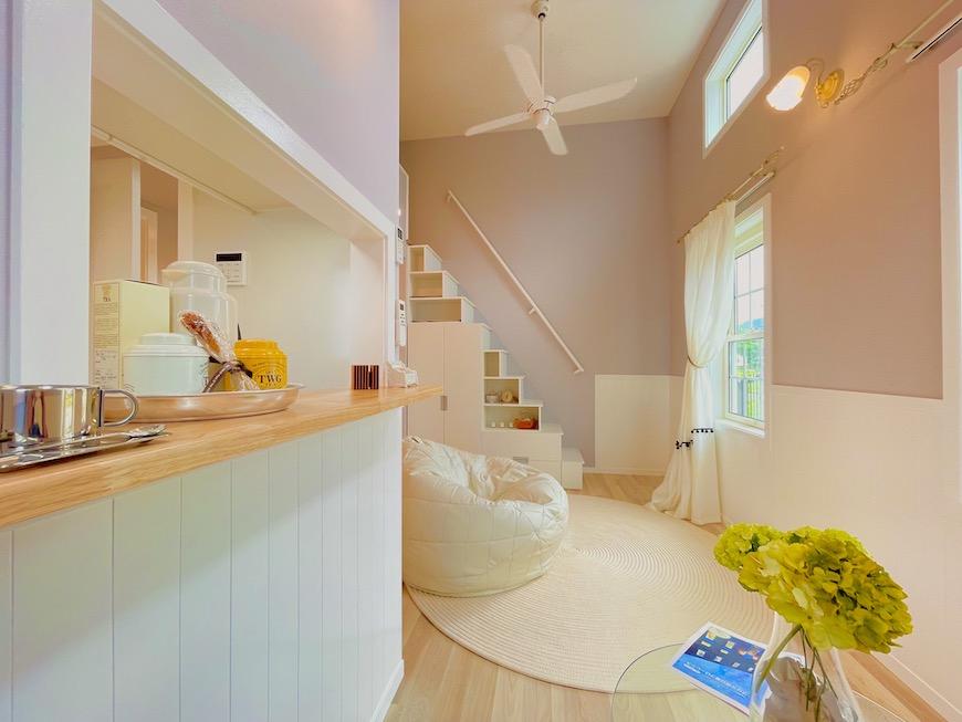 【プリマ河口湖フローレンス】は、ワンルームにロフトつきのお部屋です。女性専用でひとり暮らし用のお部屋です。正面に見える白い階段からロフトに上がります。_IMG_4246