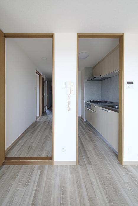 【ハーモニアス桜本町】701号室_LDK_右手にキッチン、左手に廊下_MG_2956