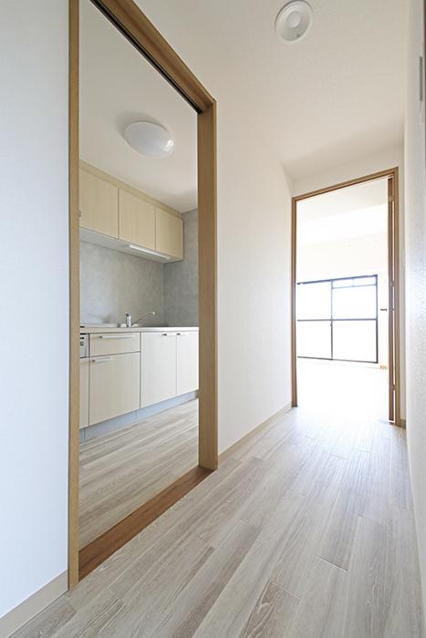 【ハーモニアス桜本町】701号室_廊下を進んでLDK、キッチンへ_MG_2938