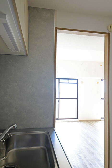【ハーモニアス桜本町】701号室_LDK_キッチンに差し込むリビングからの光MG_3098