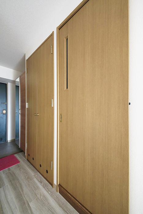 【ハーモニアス桜本町】701号室_サニタリースペースへのドアです_MG_2739