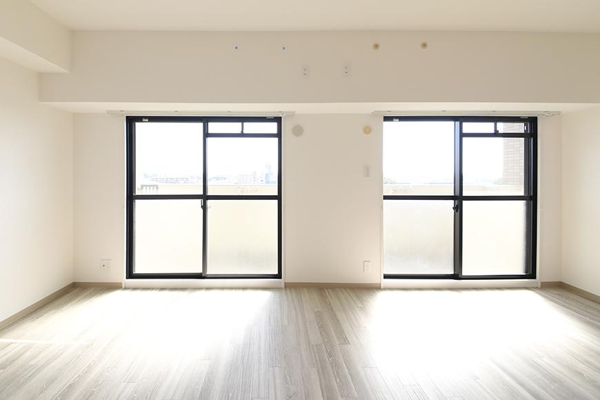 【ハーモニアス桜本町】701号室_LDK_廊下から入ると目に飛び込んでくる二枚の窓_MG_3008
