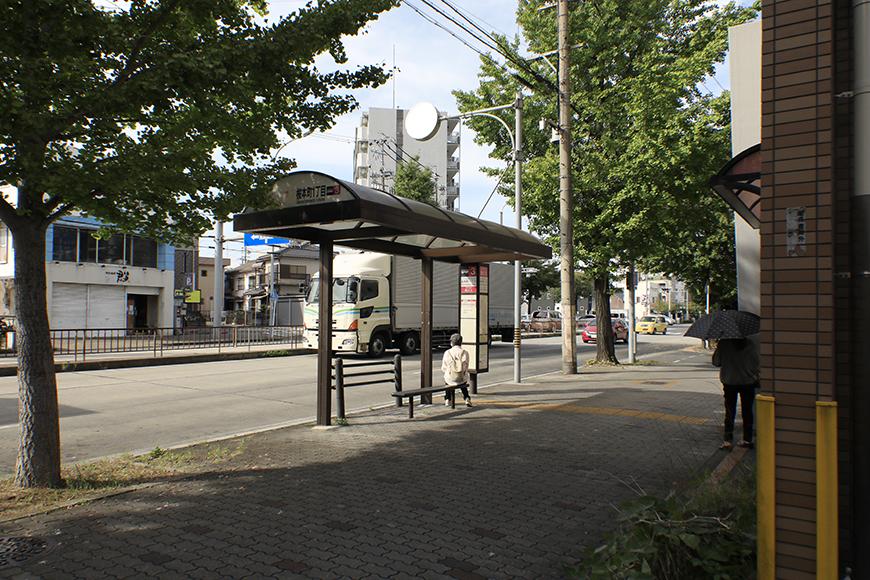 【ハーモニアス桜本町】周辺環境_建物目の前にバス停あります_MG_3156